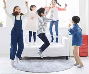 部屋で飛び跳ねる子供達