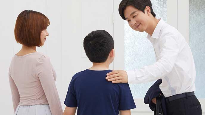 母親と一緒に友達の親に挨拶する子供