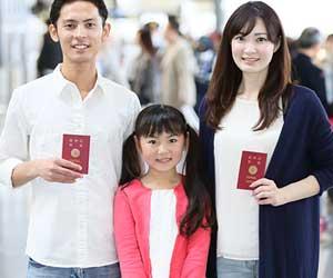 パスポートを持つ親と子供