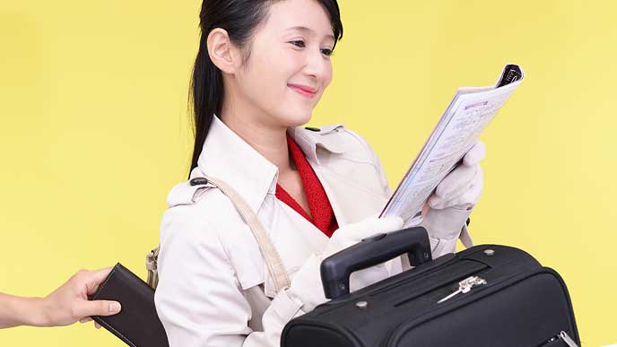 財布を盗まれる旅行者