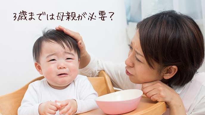 赤ちゃんに離乳食を食べさせる母親