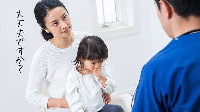 3歳児健診で保健師に相談する母親
