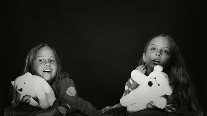 闇夜に遊ぶ女の子2人