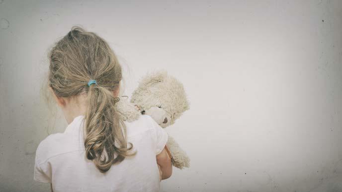 ストレスでボロボロの女の子の後ろ姿