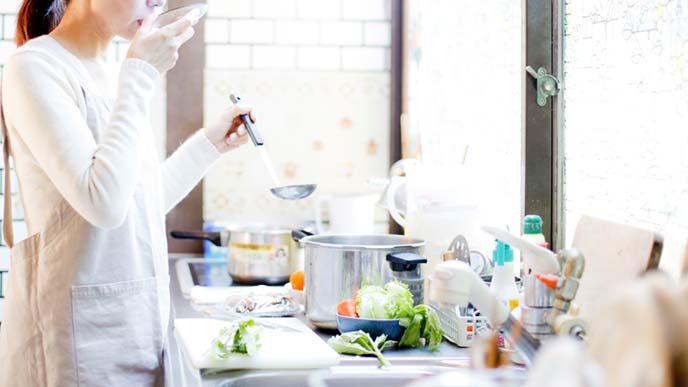 朝食を作る母親