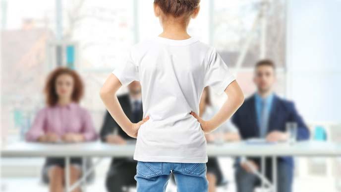 オーディションに臨む女の子の凛々しい背中
