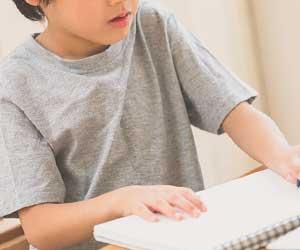 ノートを見て勉強する男の子