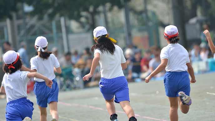 運動会で小学生が走る