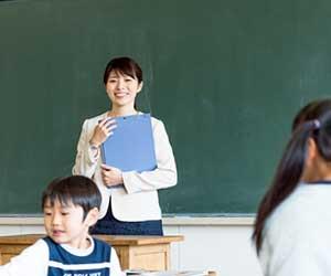 教室で新任の先生が挨拶する