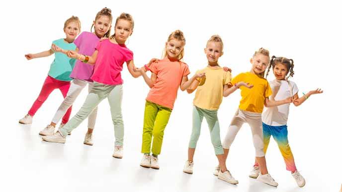 カラフルなダンス衣装の子供たち