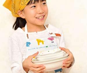 お皿を運ぶ子供