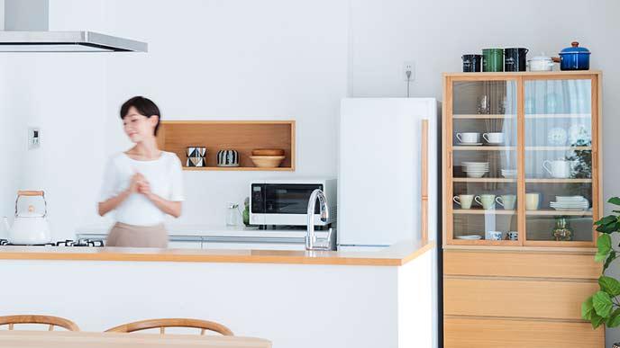 カウンターキッチン脇に置かれた食器棚