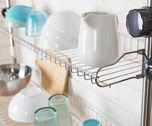 キッチンの棚に置かれた食器