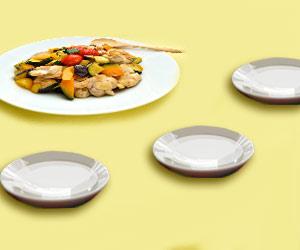 大皿の料理と取り分け用の小皿