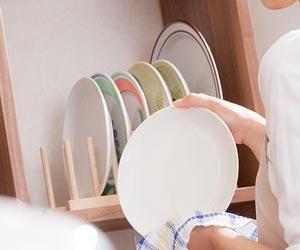 皿を立てて並べる