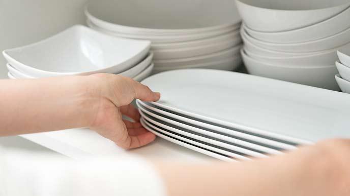 食器棚に並ぶ白い食器