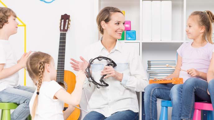 音楽を教えている先生と生徒たち