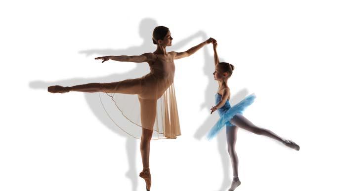 バレエを踊る少女と大人の女性