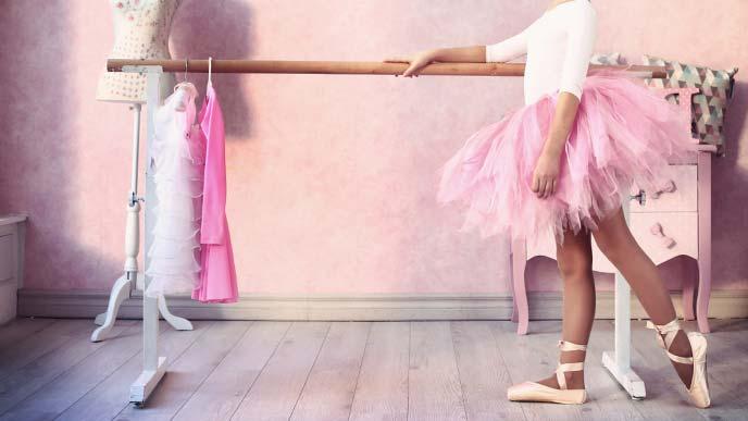 バレエの衣装と少女