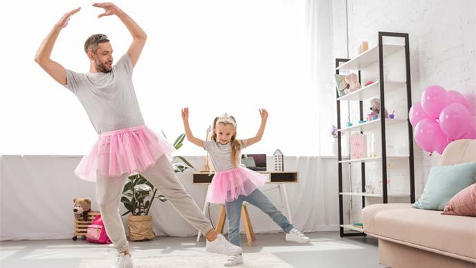 自宅でバレエに興ずる女の子とお父さん