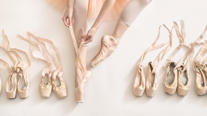 バレエシューズと女性の脚