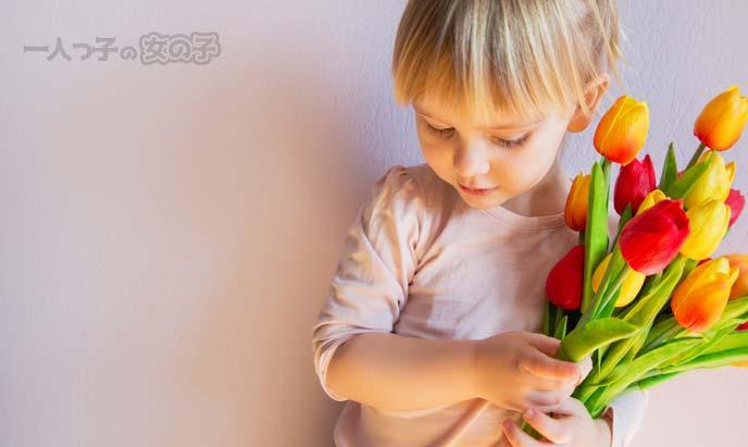 花束を持ってはにかむ少女