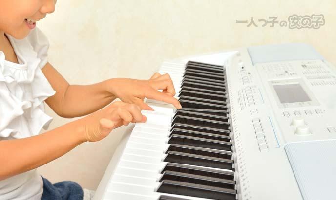 鍵盤を弾く少女