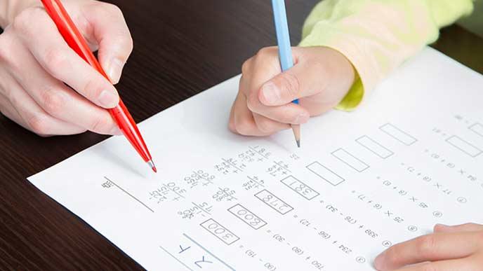 テストの計算問題をする小学生