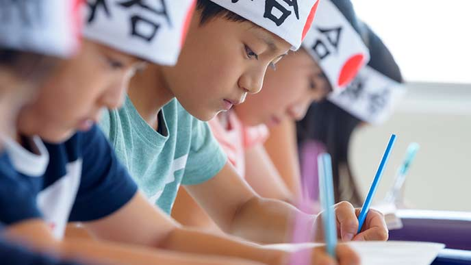 塾で中学受験の勉強をする小学生