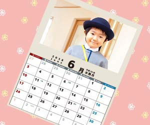 幼稚園の園児の写真を貼ったカレンダー