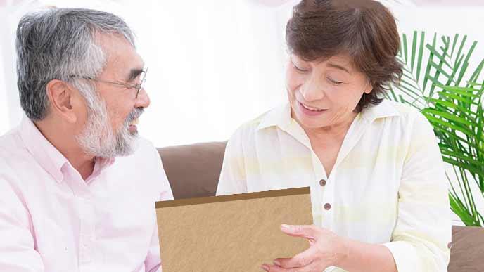 オリジナルカレンダーを見て喜ぶ祖父と祖母