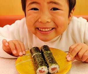 海苔巻きを前に笑顔の子供