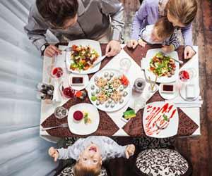 レストランの個室で食事する家族
