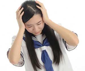 頭を抱える女子中学生