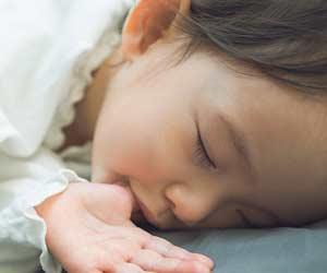 眠りながら指をしゃぶる女の子