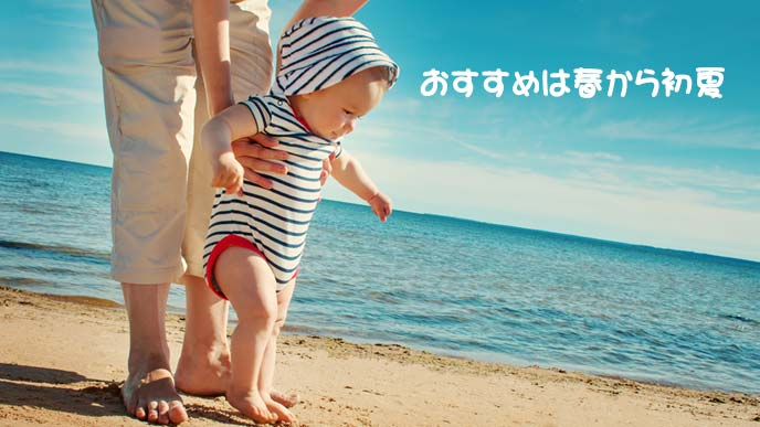海辺を歩くこども