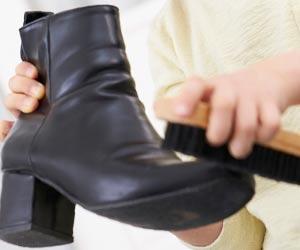 ブーツにブラシをかける