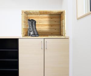 木箱にブーツを入れる