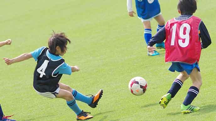 練習試合をする子供サッカーチーム