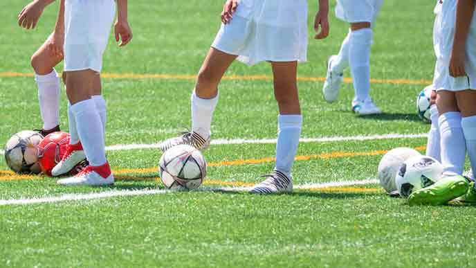 サッカーの練習をする子供たち