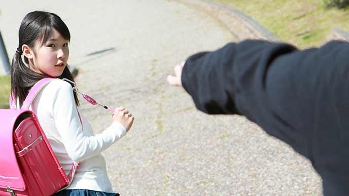 通学路で不審者に気付いてブザーを鳴らす女の子
