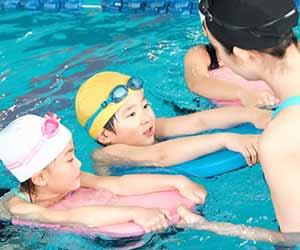 水泳教室で指導を受ける子供
