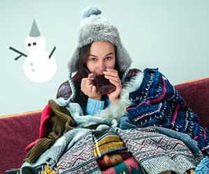 室内で防寒衣類を着こむ女性
