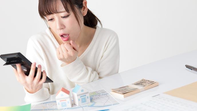 住宅ローンの計算をする女性