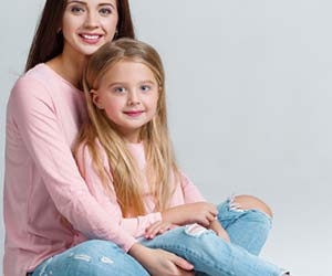 ピンクのシャツで揃える母親と娘