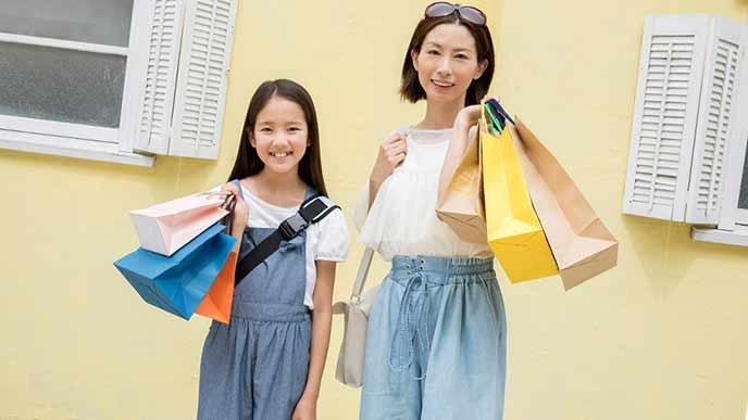 母親と娘がリンクコーデで買い物