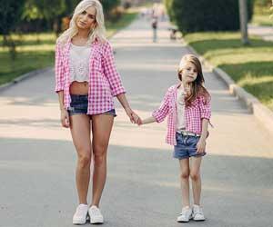 スニーカーとファッションを揃えた母と娘