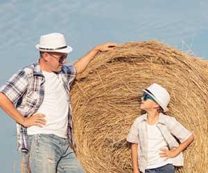 大人と同じ帽子を被る子供