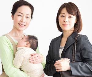 ドゥーラに赤ちゃんを預けて出勤する女性