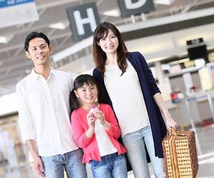 空港ロビーに立つ家族